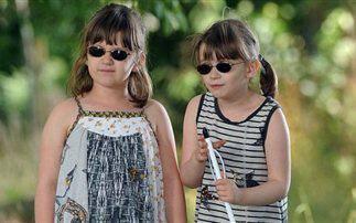 Οι επτάχρονες δίδυμες που χάνουν την όρασή τους