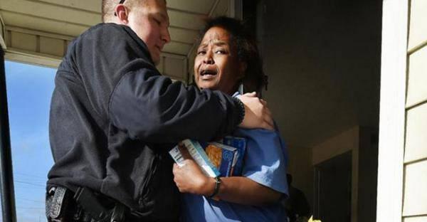 Ένας αστυνομικός συνέλαβε μια γυναίκα που έκλεψε. Κι αντί να την πάει στο τμήμα έκανε κάτι πολύ καλύτερο…