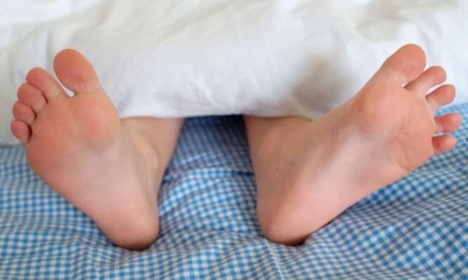 """Ύπνος: Το """"κόλπο"""" με τα πόδια σας για να κοιμηθείτε πιο εύκολα! [vid]"""