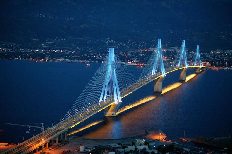 Όταν η γέφυρα Ρίου-Αντιρρίου χάνεται μέσα στην ομίχλη το θέαμα ...