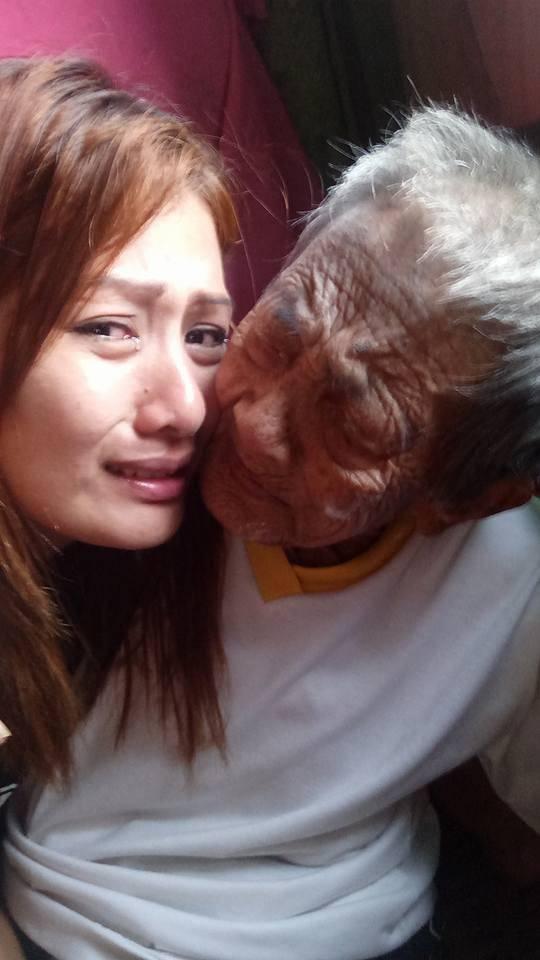 Φωτογραφίες δείχνουν νεαρή κοπέλα να φροντίζει την 98χρονη γιαγιά της και να της ξεπληρώνει όσα κάποτε έκανε για εκείνη - Εικόνα 6