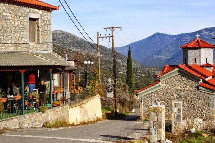 """Μόλις 1 ώρα από την Αθήνα, πνιγμένο στα έλατα, βρίσκεται το θρυλικό """"Κολοκοτρωνίτσι"""""""
