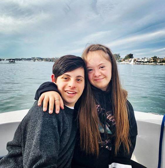 Η 15χρονη Κένεντι με το αγόρι της