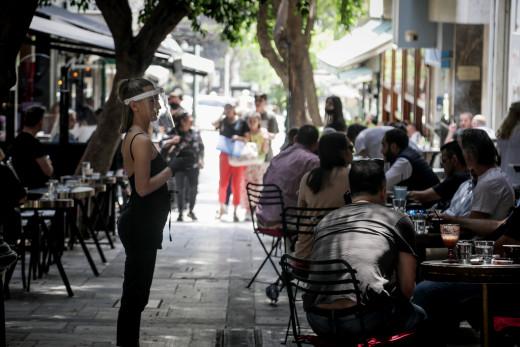 Μείωση ωραρίου σε καφέ, μπαρ, εστιατόρια και απαγόρευση κυκλοφορίας νωρίτερα για όλους, λένε οι λοιμωξιολόγοι (video)